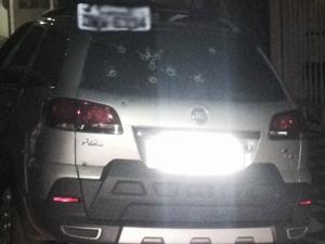 Veículo do promotor de Justia sofreu vários disparos em Monte Carmelo (Foto: Patrocínio Online/Divulgação)