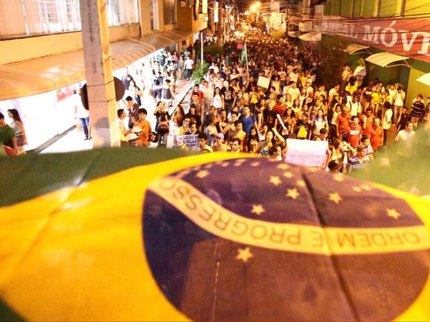 Protesto percorreu a Rua Cincinato Pinto (Foto: Jonathan Lins/G1)