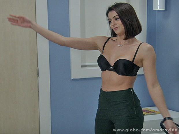 Silvia provoca Michel e faz strip-tease  (Foto: Amor à Vida/TV Globo)