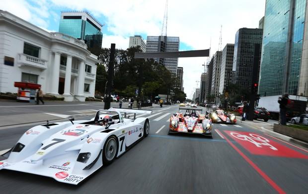 Emerson Fittipaldi puxa carreata com protótipos de Le Mans na Avenida Paulista (Foto: Luca Bassani / divulgação)