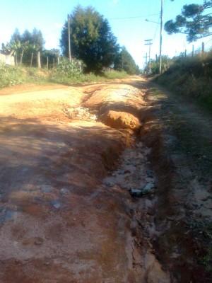 Via de acesso está com muitos buracos. (Foto: Carlos Alberto Soares/TV Tem)