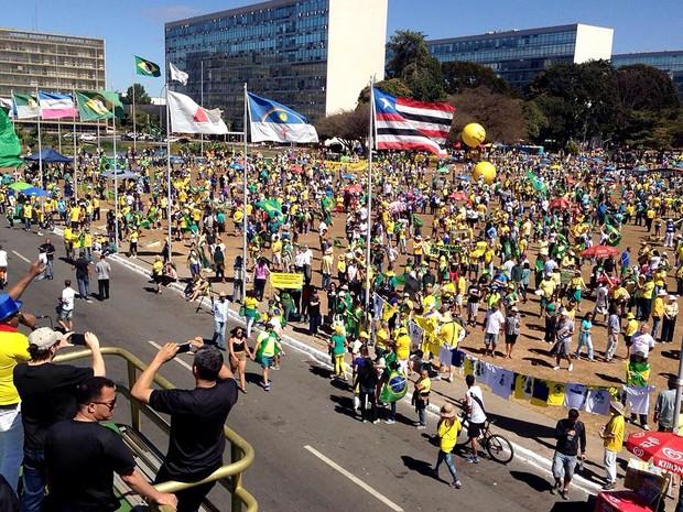 Manifestantes pedem o afastamento definitivo de Dilma em ato na Esplanada dos Ministérios, em Brasília, na manhã deste domingo (31) (Foto: Renan Ramalho/G1)