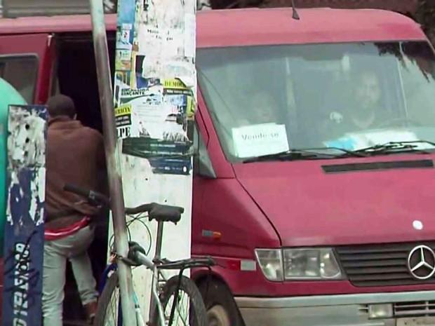 Moradores dizem estar optando por vans devido a problemas no serviço prestado pelo transporte coletivo em Pouso Alegre, MG (Foto: Reprodução EPTV/ Edson de Oliveira)