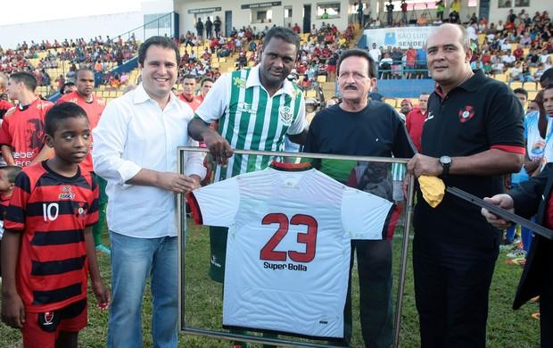 Kleber Pereira recebe homenagem do clube. Evento teve presença de autoridades como o prefeito de São Luís (Foto: Honório Moreira / Divulgação)
