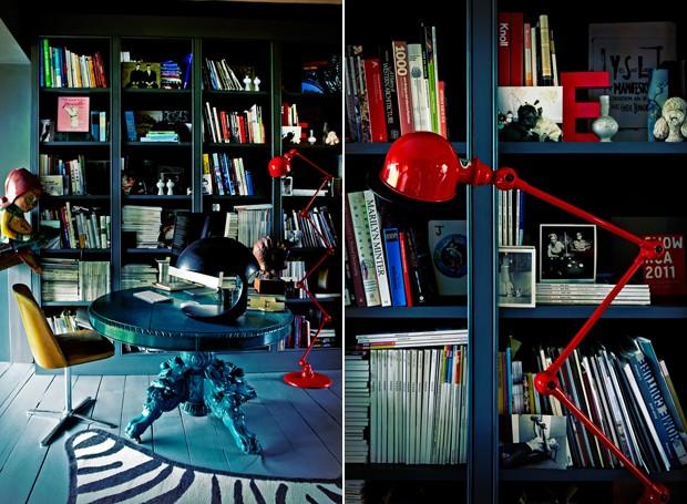 Detalhe da mesa do escritório de Abigail e da luminária moderna e bem vibrante (Foto: Divulgação)