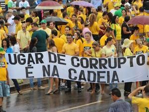Em Ji-Paraná (RO), manifestantes caminham pelas duas pistas da BR-364, em frente ao Ginásio Gerivaldão, levando faixas e cartazes com frases de protesto contra a corrupção. (Foto: Pâmela Fernandes / G1)