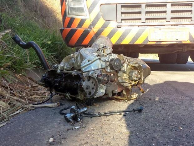 Motor de um dos carros foi lançado cerca de 50 metros longe após batida em Ipeúna (Foto: Eduardo Sozzo/EPTV)
