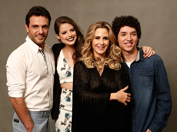 Família Ticiano! Rodrigo Lombardi e Guilhermina Guinle serão pais de Agatha Moreira e João Vitor Silva na trama (Foto: Inácio Moraes/Gshow)