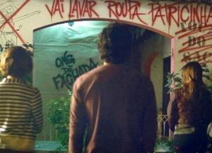 Olha o estrago que foi feito na Toca do Saci com as pichações (Foto: Sangue Bom / TV Globo)