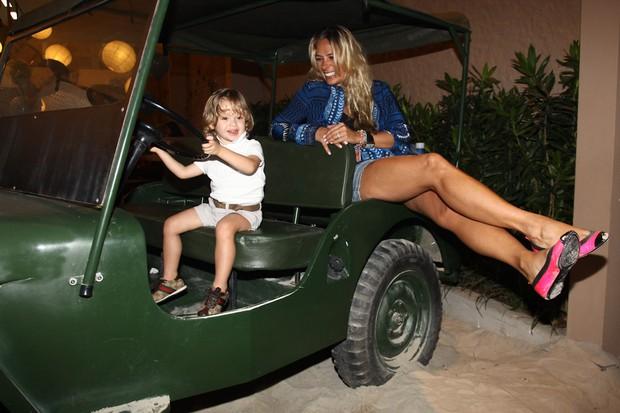 Adriane Galisteu e o filho (Foto: Manuela Scarpa/ Foto Rio News)