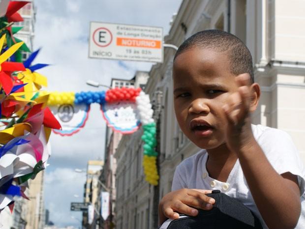 Tomás se divertiu vendo as marchinas me comemoração ao 2 de julho. (Foto: Egi Santana/G1)