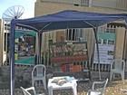 Morador monta tenda na rua e distribui livros em Oliveira