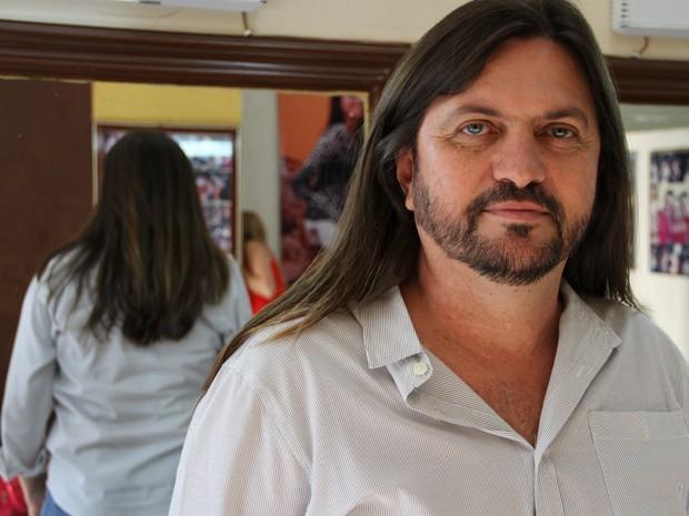 Deputado Cláudio Abrantes (PT) antes do corte de cabelo (Foto: Vianey Bentes/TV Globo)