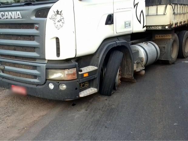 Criminosos atiraram nos pneus de uma carreta durante a fuga em Pedra Preta (Foto: Polícia Civil de MT)