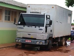 Caminhão roubado no Acre é recuperado em Guajará-MIrim (Foto: Júnior Freitas/G1)