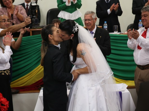 Casal gay trocou alianças em casamento coletivo em Santana do Livramento (Foto: Carlos Macedo / Agencia RBS)