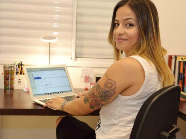 Juliana sempre se incomodou com a ausência de livros voltados aos LGBTs (Foto: Divulgação/Juliana Ferraz)