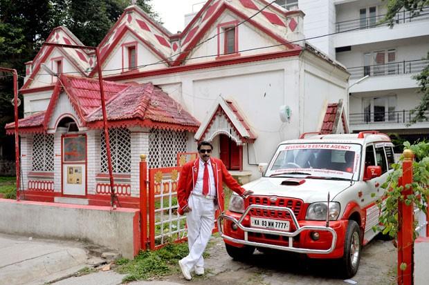 Mesmo seu carro é pintado nos dois tons (Foto: Manjunath Kiran/AFP)
