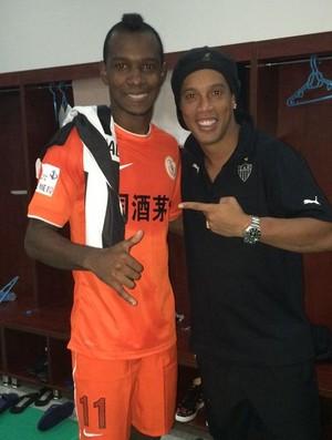 Hyuri, do Guizhou Renhe e Ronaldinho Gaucho, do Atlético-MG, na China (Foto: Divulgação)