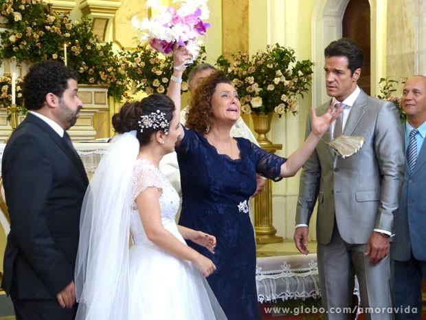 Márcia dá um ataque e depois briga com Eudóxia (Foto: Amor à Vida/ TV Globo)