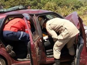 Acidente na RO-010 deixou vítimas e carro destruído (Foto: Pimenta Virtual/Reprodução)