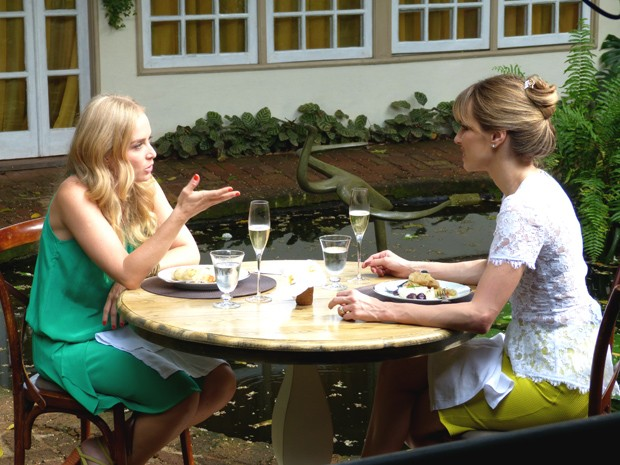 Angélica e Ana Furtado experimentam bacalhau à espanhola (Foto: Estrelas/TV Globo)