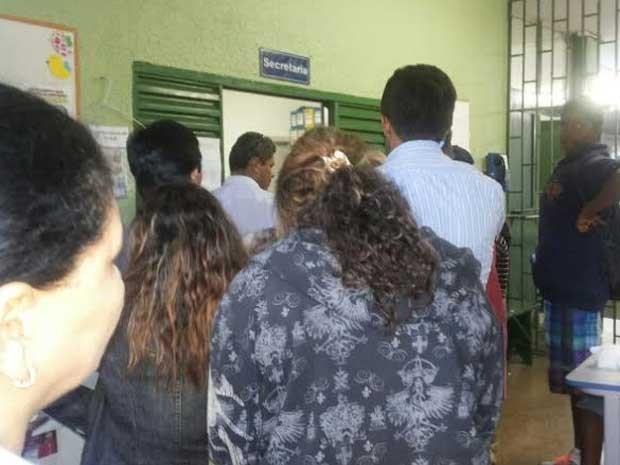 Pais tentam vagas para filhos no Centro de Ensino Fundamental 306 Norte, em Brasília (Foto: Aldair Sampaio/G1)