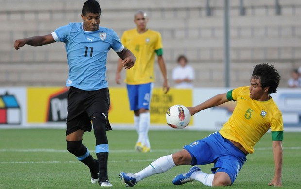 Rodrigo Aguirre do Uruguai x Misael do Brasil sub-20 (Foto: AP)