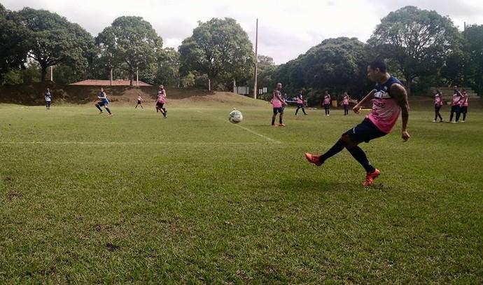 Lateral-esquerdo Ramon faz cruzamento em treino com elenco do Espírito Santo (Foto: João Brito/Espírito Santo FC)