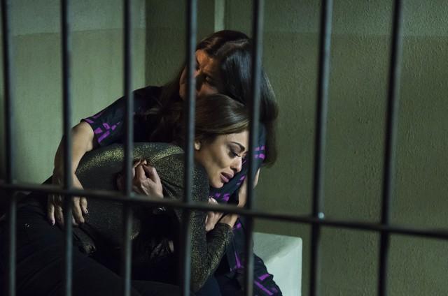 Elizangela e Juliana Paes em cena de 'A força do querer' (Foto: Cesar Alves/ TV Globo)
