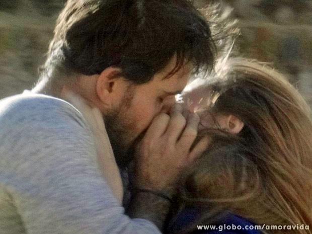Ninho tenta dar um beijo em Paloma (Foto: Amor à Vida/TV Globo)
