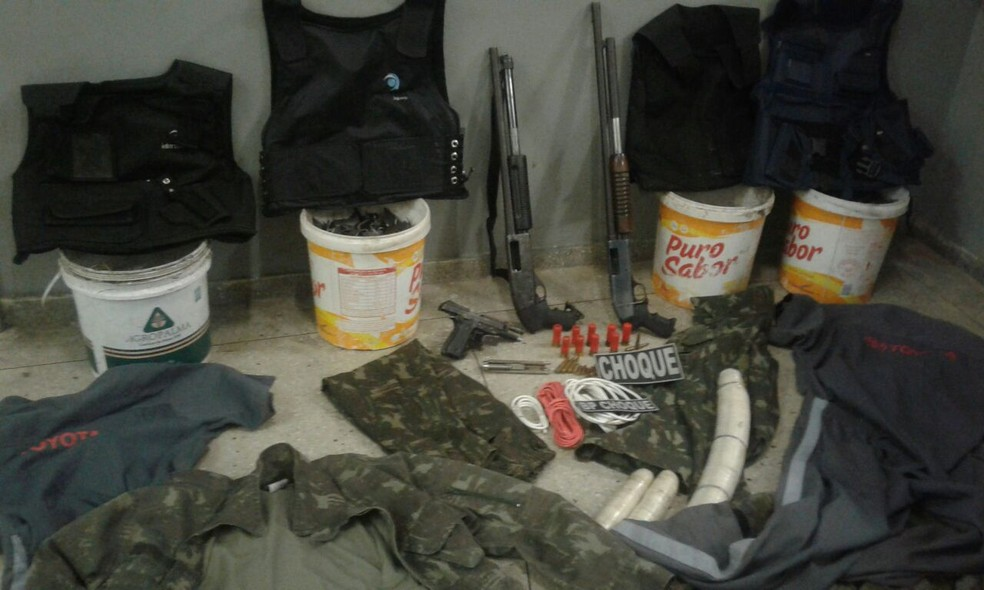 Coletes, armas, munições e roupas foram encontradas em local onde estavam criminosos. (Foto: Divulgação / PM)