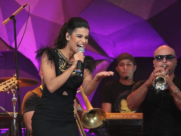 Mari Antunes se apresenta com o Babado Novo no 'Altas Horas' (Foto: Marcos Mazini/Gshow)