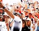 """Em """"folga"""", pilotos tiram selfies e dão autógrafos no paddock de Mônaco"""