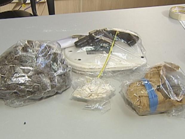 Porções de crack e cocaína, além de armas, foram apreendidas  (Foto: Reprodução / TV TEM)