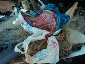 Carne de animais abatidos também foi encontrada na casa do caçador. (Foto: Assessoria da PM / Governador Valadares)