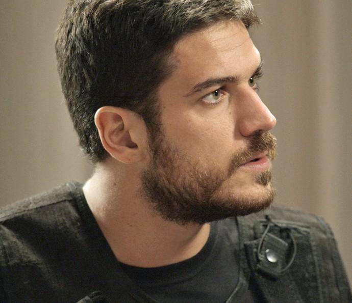 Dante lê carta com o pedido de resgate para a família (Foto: TV Globo)