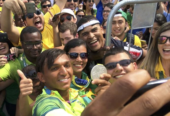 canoagem; olimpíadas; brasil. isaquias queiroz; torcida; selfie (Foto: Pedro Fonseca/Reuters)