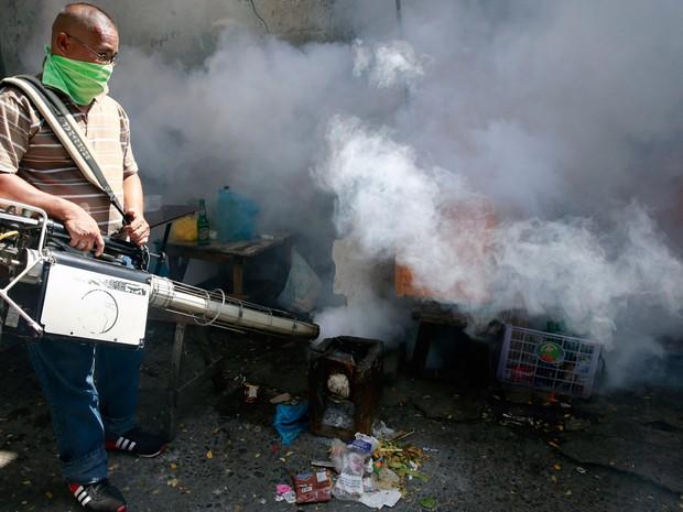 Funcionário municipal faz fumigação como medida preventiva contra mosquitos na cidade de Paranaque, região metropolitana de Manila, nas Filipinas  (Foto: Reuters/Romeo Ranoco)