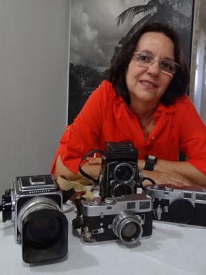 Betty com algumas câmeras do pai. (Foto: Luna Markman/G1)