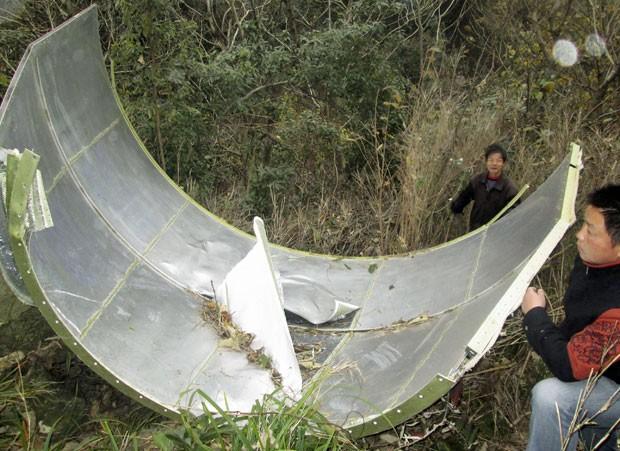 Imagem divulgada pela Reuters mostra peça que caiu do foguete Longa Marcha 4B, veículo que levou o satélite Cbers-3 ao espaço (Foto: Reuters/Stringer)