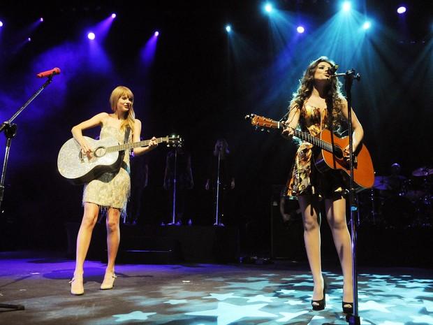 Taylor Swift e Paula Fernandes cantaram juntas a última do show, 'Long live' (Foto: Alexandre Durão / G1)