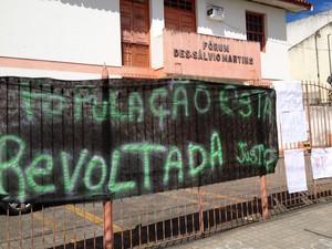 População protestou na manhã desta quinta-feira (17) para pedir justiça por causa da morte da criança (Foto: Ruan Melo/G1)