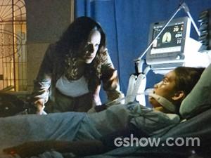 Juliana visita Gorete no hospital (Foto: Em Família/ TV Globo)