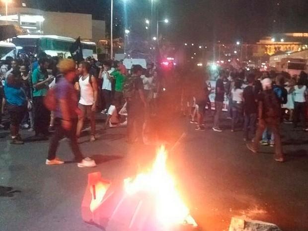 Manifestantes em Salvador queimaram objetos na pista, o que evitou a passagem de veículos (Foto: Alex de Paula/G1 BA)
