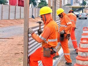Operários recolocam tapumes em canteiro da Avenida do CPA (Foto: Reprodução/TVCA)