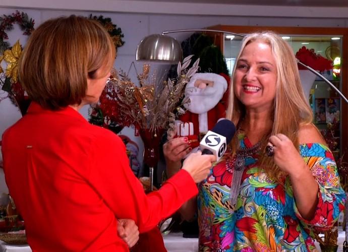 Teresa Freitas conversa com uma psicóloga para entender a importância de acreditar em Papai Noel (Foto: Reprodução/ Rio Sul Revista)