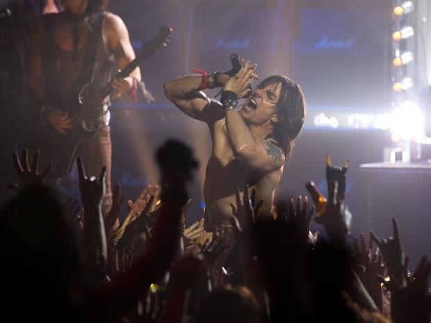 Tom Cruise em cena do filme musical 'Rock of ages' (Foto: Divulgação)