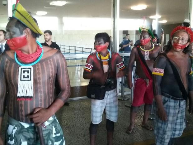 Índios fazem protesto no Congresso contra PEC 215 (Foto: Fernanda Calgaro/ G1)