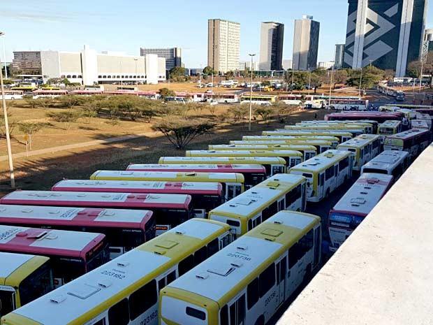 Ônibus parados na rodoviária do Plano Piloto, em Brasília, durante protesto de trabalhadores do transporte (Foto: Gustavo Schuabb/G1)